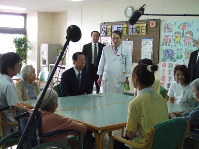 入所者やスタッフと話す小沢代表